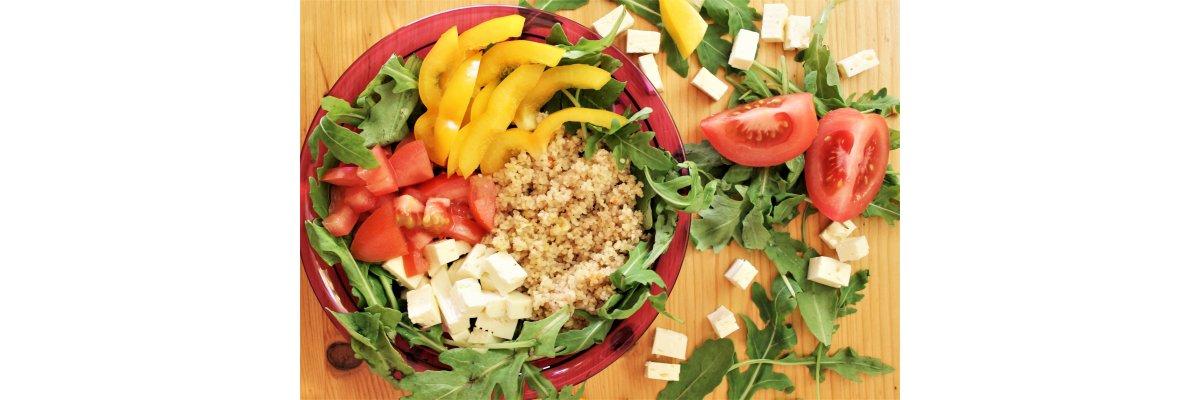 Couscous-Salat mit einem Jute-Dressing - Couscoussalat einfach zubereiten – Couscous-Rucola-Salat mit Jute-Pulver. Schnell und lecker!